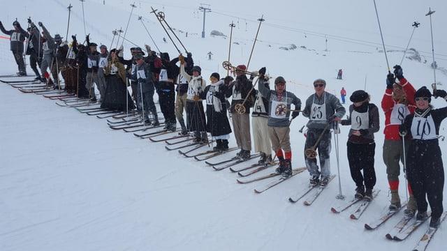 Tut ils participants a la curas da skis nostalgia a Segl