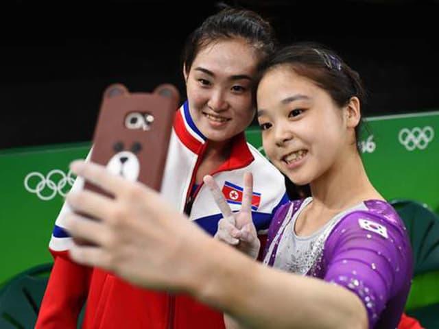 Lee Eun-Ju (r.) macht ein Selfie mit Hong Un-Jong.