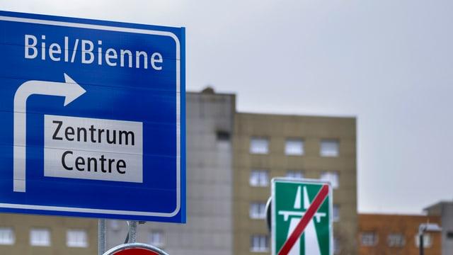 Segnalisaziun sper autostrada en duas linguas.