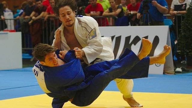 Ciril Grossklaus wirft seinen Gegner auf den Rücken
