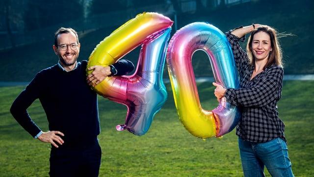 Claudia Weber und Jonathan Fisch mit Ballonen, welche die Zahl 40 formen.