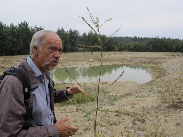 Herbert Billing, Chef des Naturschutzamtes, zeigt den Schlammweiher beim Solenberg.