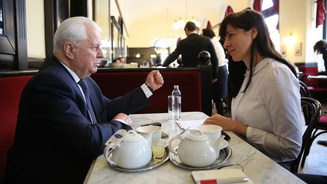 AUfnahme eines Gesprächs an einem Tisch in einem Kaffee.