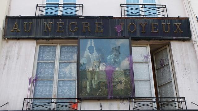 Eine Hauswand mit der Aufschrift «Au nègre joyeux».