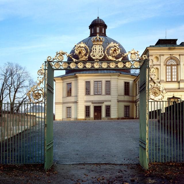 Schlosskirche Drottningholm von aussen: grosses weisses Gebäude mit schwarzer Kuppel