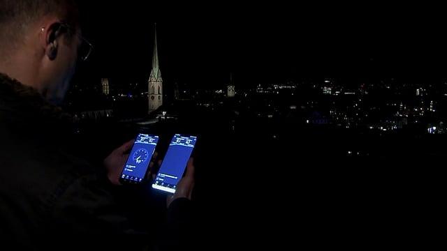 Digitalredaktor Reto Widmer auf der Zürcher ETH-Terrasse mit zwei Smartphones in der Hand.