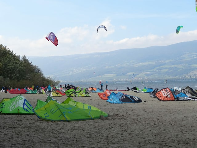 Kite-Surfer an einem Strand