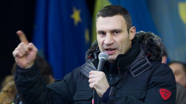 Vitali Klitschko spricht mit erhobenem Zeigfinger in ein Mikrofon.
