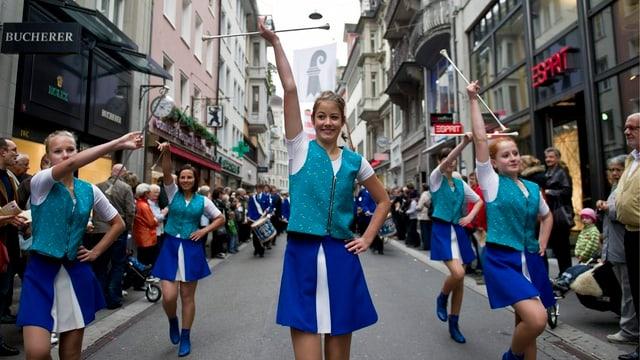 Junge Frauen zeigen ihr Können mit dem Wurfstock am Olma-Umzug 2012.