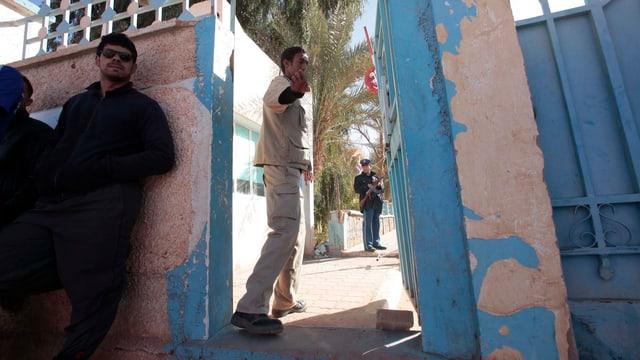 Vor dem Spital in Aménas: Leute warten auf Neuigkeiten zum Zustand ihrer Angehörigen.
