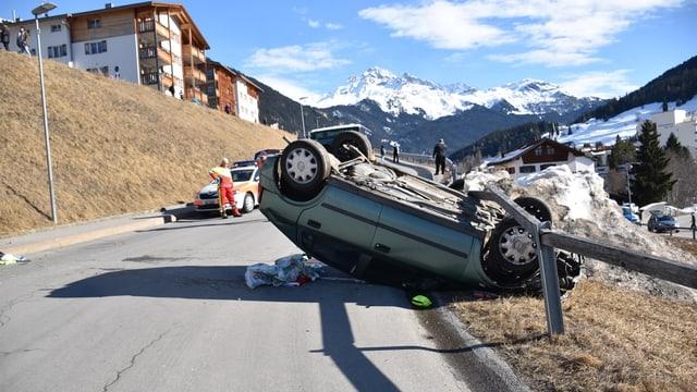 Qua dasper la scola superiura è l'auto vegnì da fermar.