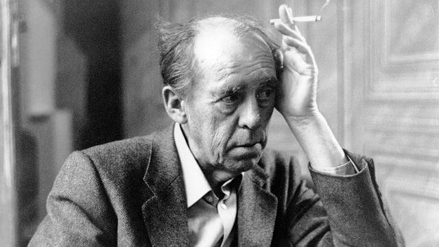 Heinrich Böll mit Zigarette.
