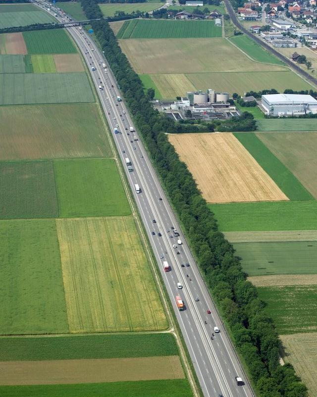 Autobahn A1 im Solothurner Gäu von oben.