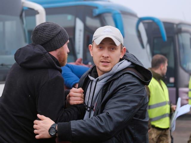 Pro-russische Rebellen begegnen sich beim Austausch und grüssen sich.