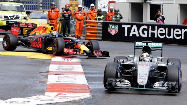 Lewis Hamilton gudogna avant Daniel Ricciardo.