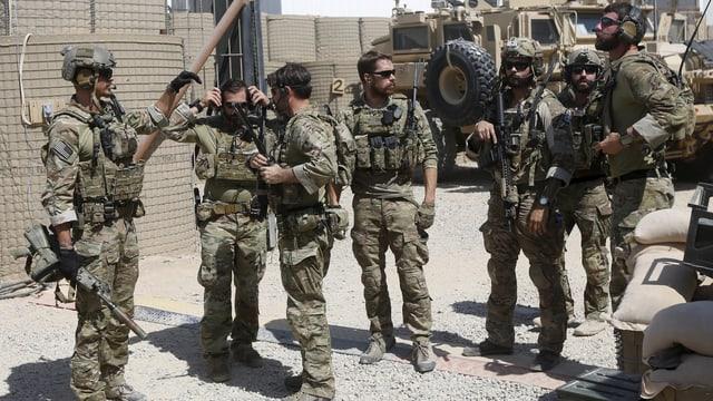 Mehrere US-Soldaten stehen nebeneinander