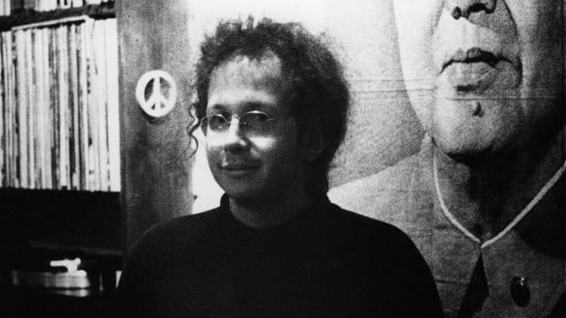 Schwarzweissbild von Mann mit Brille