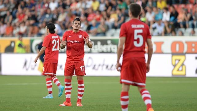 Captain Dennis Hediger ermutigt seine Spieler nach dem Europa-League-Aus.