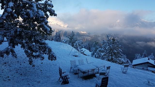 Schneebedeckte Landschaft mit Restwolken auf der Axalp.