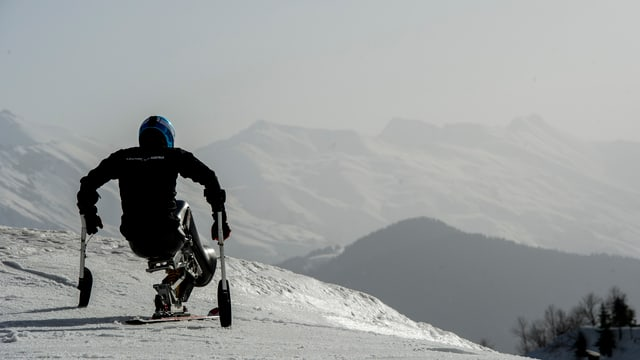 Para ski atlet che sesa en sia sutga da cursa.