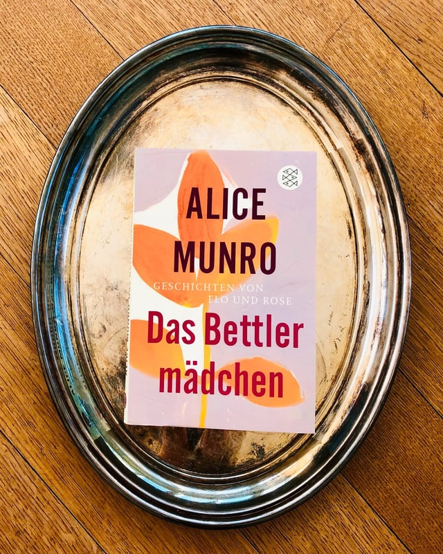 Der Sammelband mit Short Stories «Das Bettlermädchen» von Alice Munro liegt auf einem Silbertablett