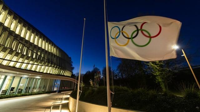 Eine Olympiafahne weht vor dem IOC-Sitz in Lausanne.