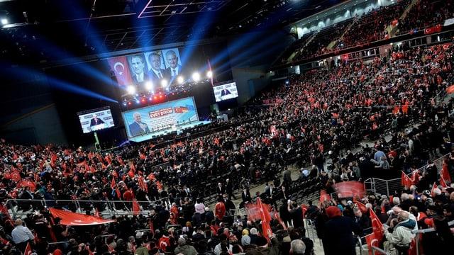 Der türkische Ministerpräsidenten Binali Yildrim wirbt in Oberhausen vor mehr als 10'000 Zuhörern für das Referendum.