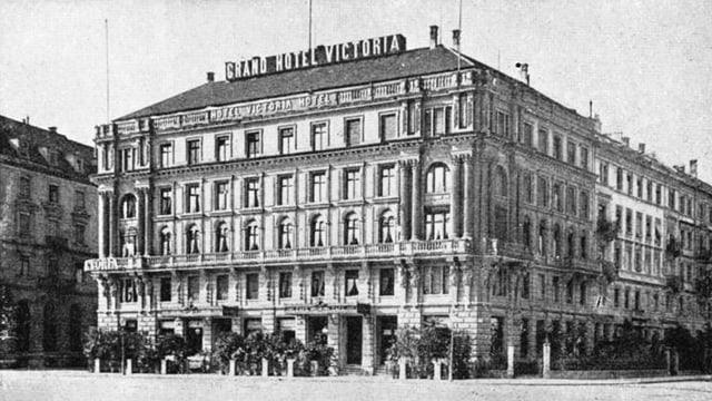 Ein fünfstöckiges Haus - ein grosses Hotel in einer historischen Aufnahme.