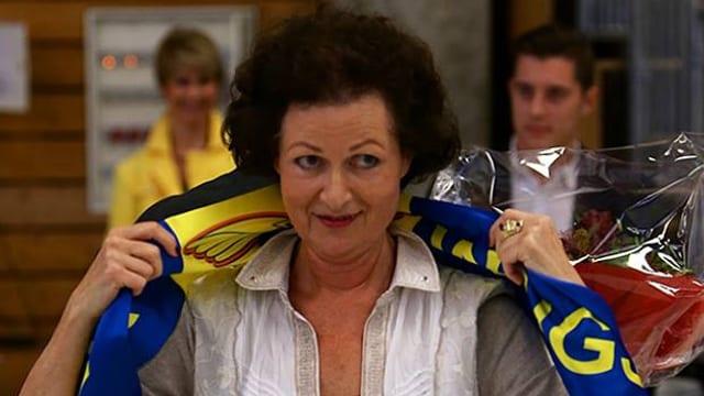 Starwings-Präsidentin zieht sich einen Schal des Vereins über die Schultern.