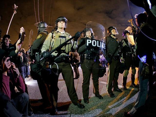 Polizisten in Kampfmontur