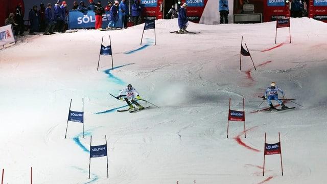 dus skiunz duran ina cursa da slalom parallel