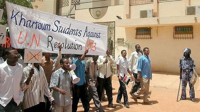 Studenten gehen in Atbara in Sudan auf die Strasse.