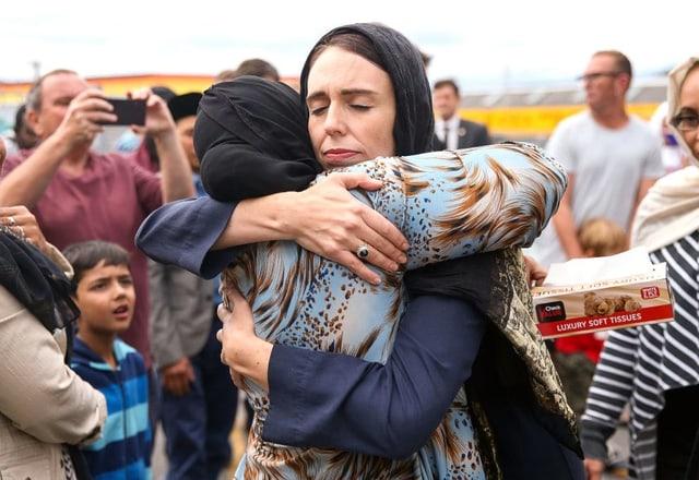 Jacinda Ardern umarmt eine Frau aus der muslimischen Gemeinde