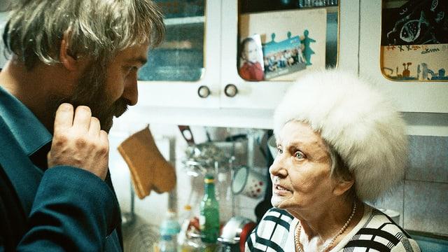 Ein Mann und eine ältere Dame stehen in einer Küche.