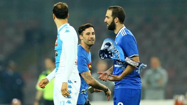 Ein Napoli-Anhänger stürmt auf das Feld und bewirft Gonzalo Higuain mit einem Schal.