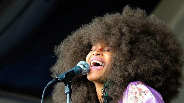 Man sieht Erykah Badu am New Orleans Jazz Festival.