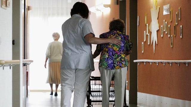 Alte Frau in einem Pflegeheim