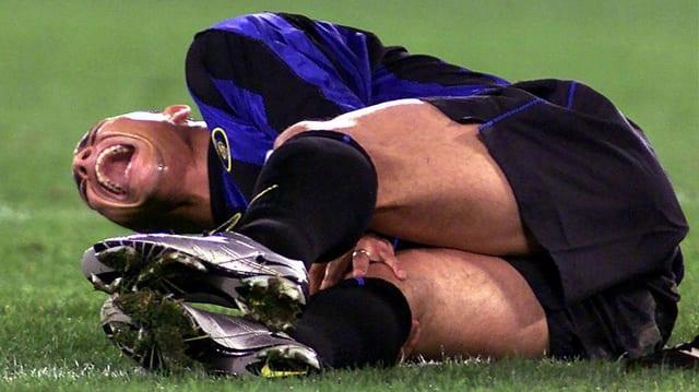 Ronaldo windet sich vor Schmerzen.