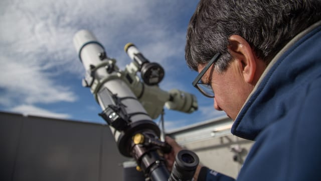 José De Queiroz observa il tschiel entras in telescop.
