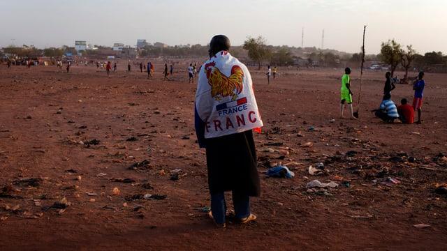 Malier mit französischer Flagge über dfen Schultern (reuters)