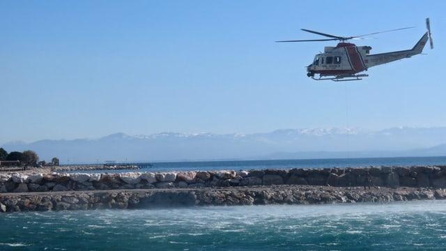In helicopter da la guardia costala tirca a la tschertga d'unfrendas da l'accident dals 8 da favrer 2016.