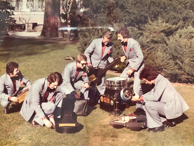 Das Ernst Ostertag-Sextett packt auf einer Wiese seine Instrumente aus.