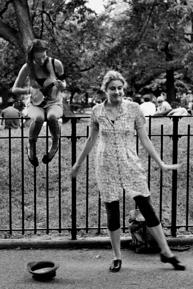 Greta Gerwing als Frances tanzend vor einem Park.