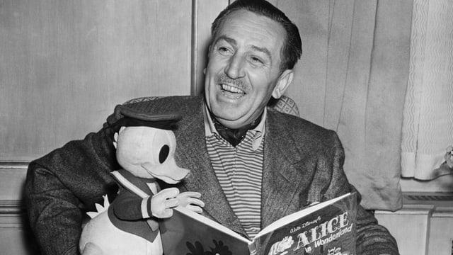 Ein Mann mit Donald und einem Buch in der Hand.