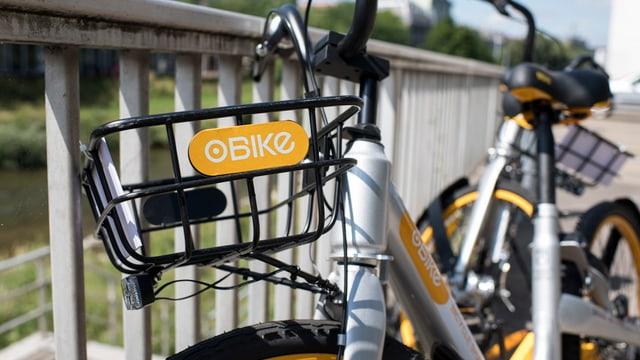 Ein sogenanntes O-Bike, das an einem Geländer steht.