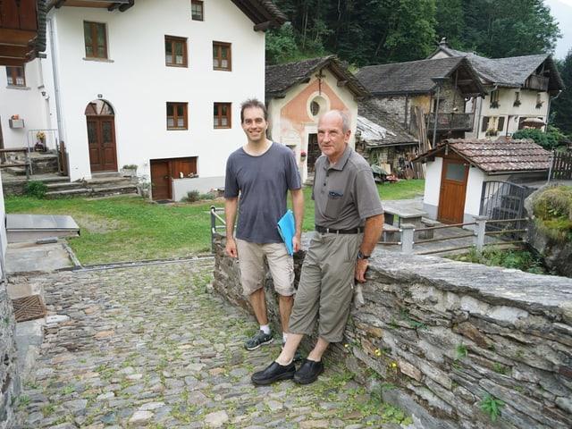 Da san.: Sascha Pizzetti, il manader da project Parc natiral Val Calanca e Toni Theus, il president communal da Calanca e commember da la gruppa strategica dal parc.