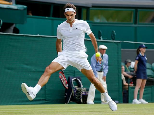 Roger Federer mit einem Tweener.