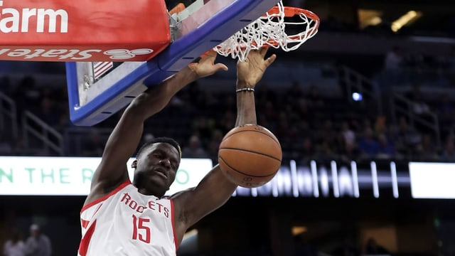 Clint Capela punktet für die Houston Rockets