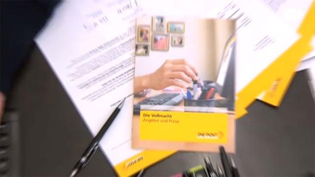 Ein Info-Prospekt der Post liegt auf einem Pult