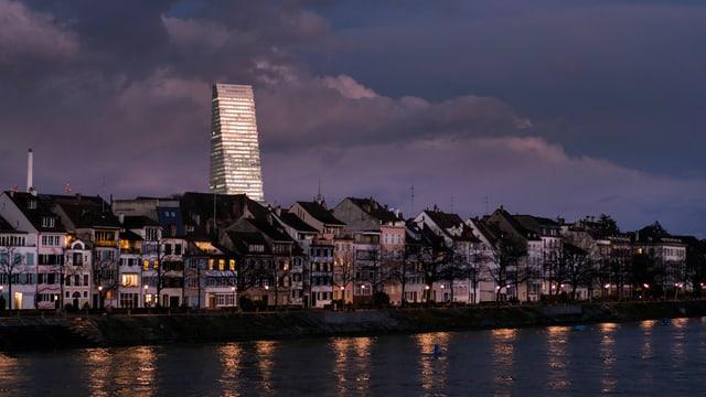 Die Basler Altstadt mit dem Rhein, im Hintergrund der Roche-Turm.